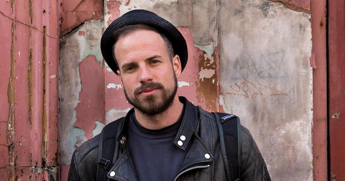 La bellissima storia di Joshua Coombes, il barbiere che taglia i capelli ai senzatetto
