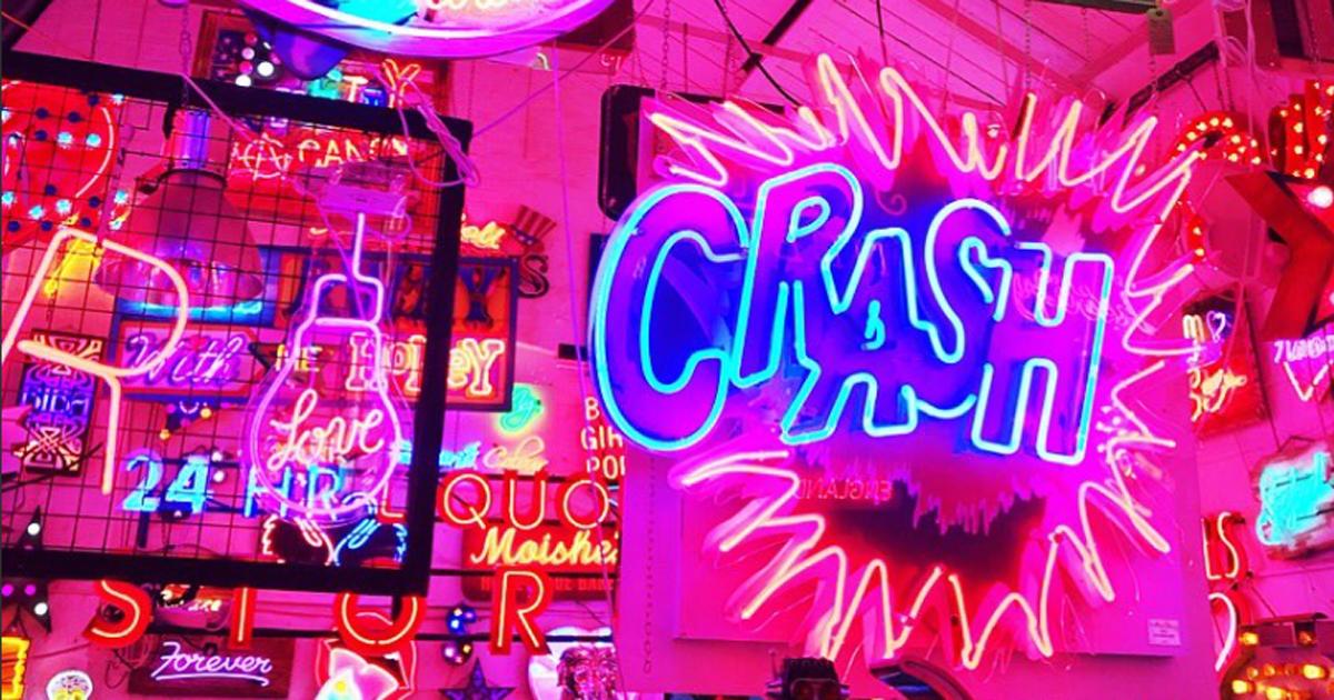 Il caffè di Londra interamente arredato con le luci al neon sembra la base del Joker