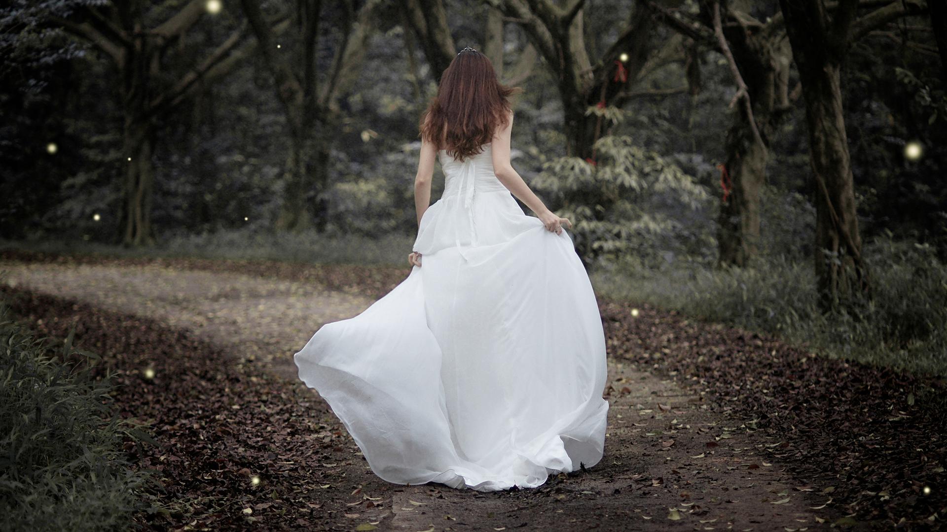 Scopre il tradimento del futuro marito: legge i messaggi di lui (all'amante) durante il matrimonio