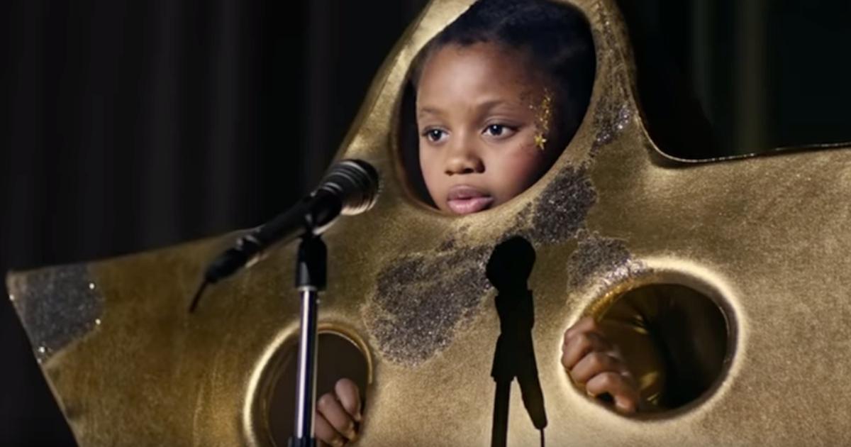 La recita di Natale dei bambini parte grazie allo sguardo d'incoraggiamento della mamma