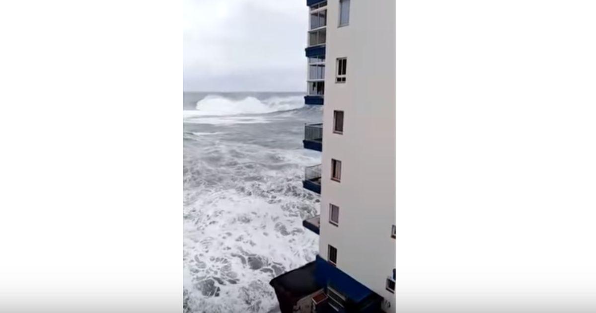 La forza della natura: così l'onda spazza via i balconi del palazzo