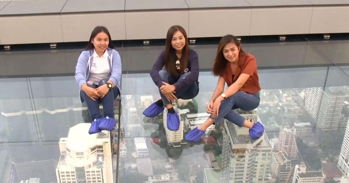 Bangkok, sotto i piedi il vuoto: la passeggiata mozzafiato sul grattacielo
