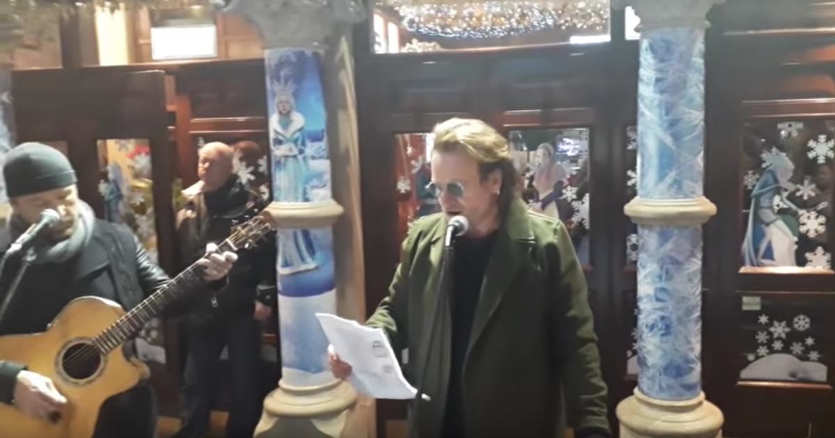 La notte di Natale Bono e The Edge degli U2 hanno suonato per strada per i senzatetto