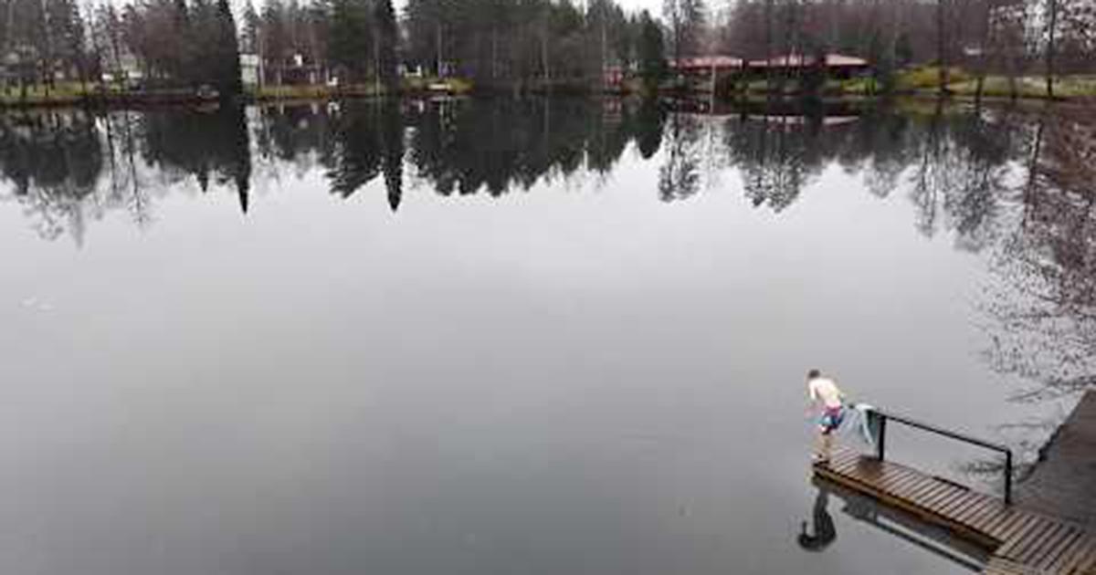 Il tuffo nel lago gelido: eppure non è come sembra