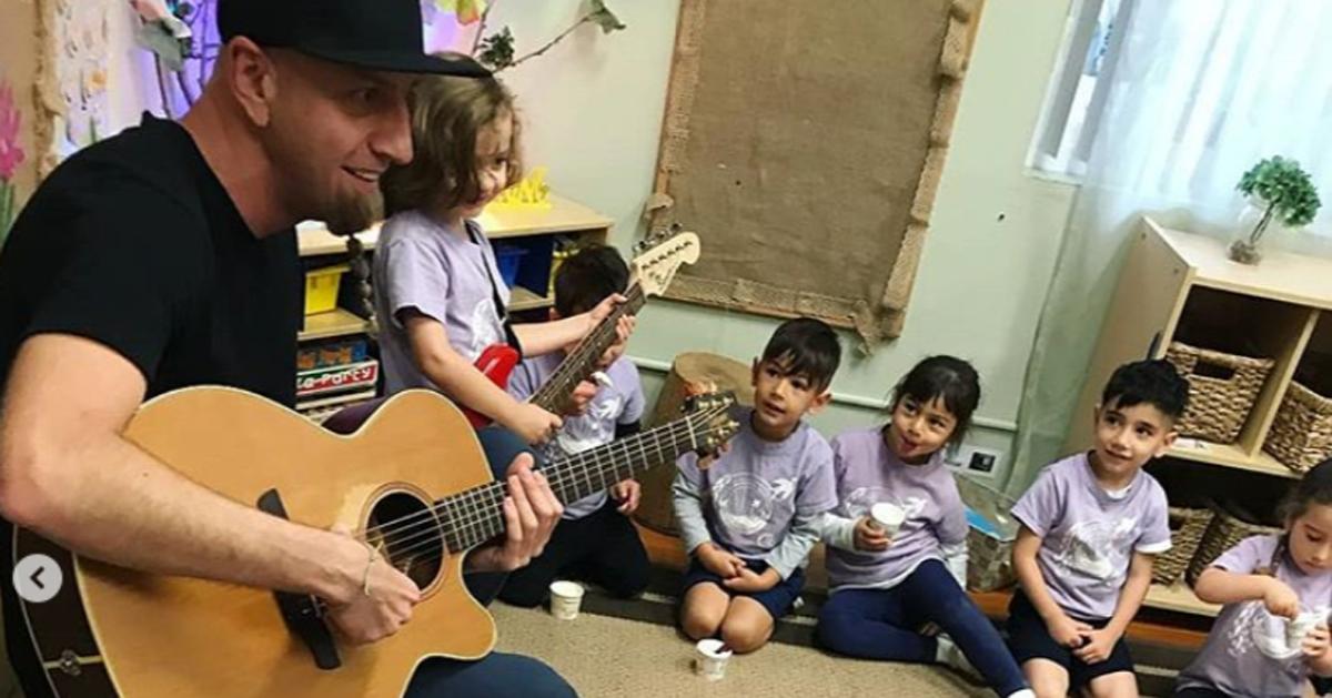 Il bassista dei System Of A Down suona all'asilo insieme alla classe di suo figlio