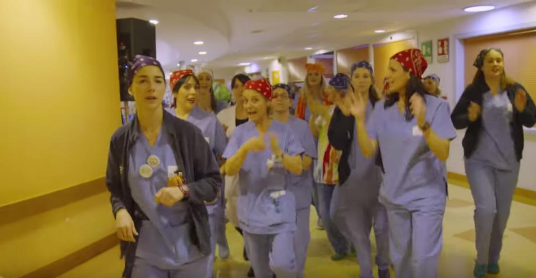 A Firenze, medici e infermieri ballano per i pazienti del reparto di pediatria