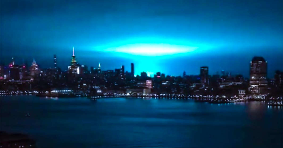 Come Independence Day: una strana luce azzurra ricopre New York
