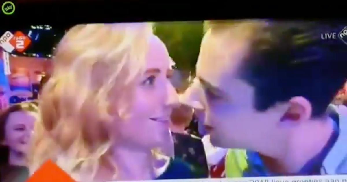 Imbarazzo in diretta tv: lui prova a baciarla durante il veglione di Capodanno ma lei si scosta