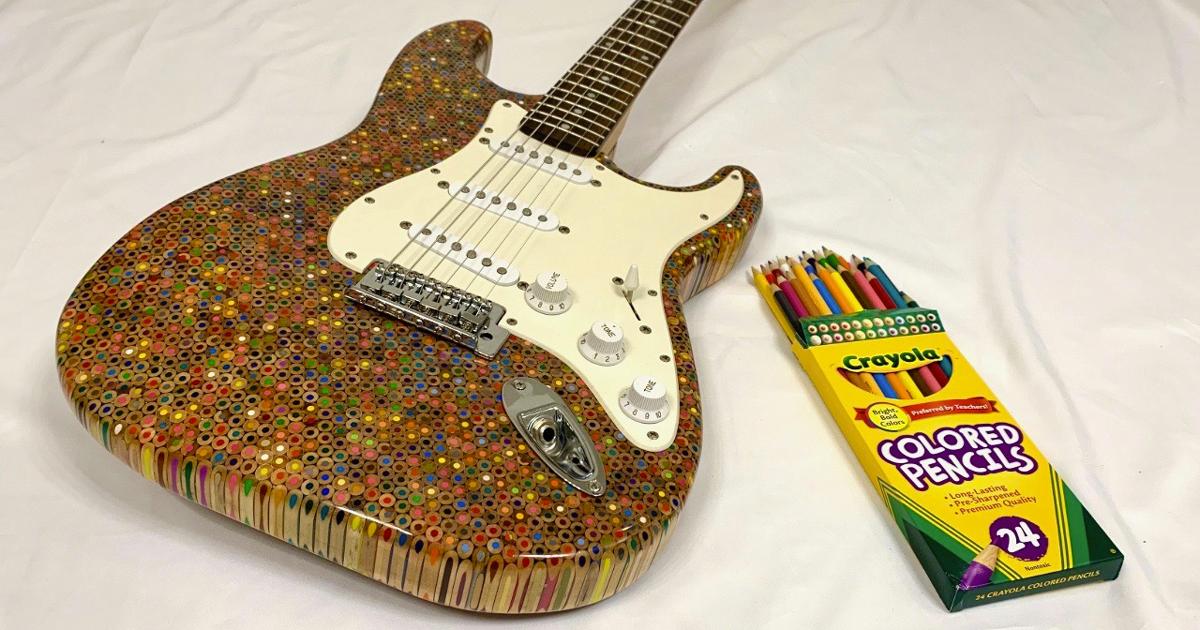 Questa bellissima Stratocaster è fatta di matite colorate