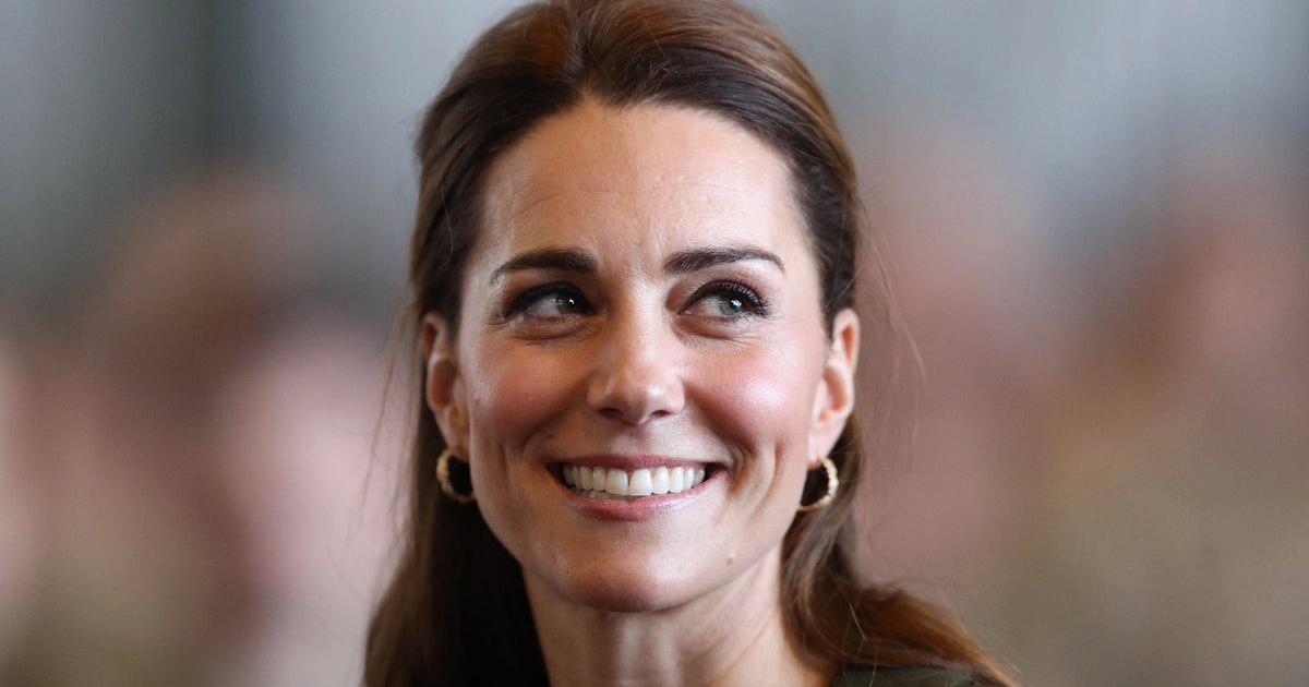 Una bimba accarezza i capelli di Kate Middleton, ecco la sua reazione