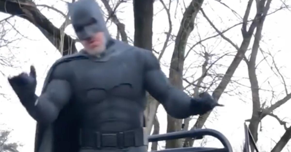 Il Batman di Gianluca Vacchi va in Apecar: «Anche gli eroi sentono la crisi»