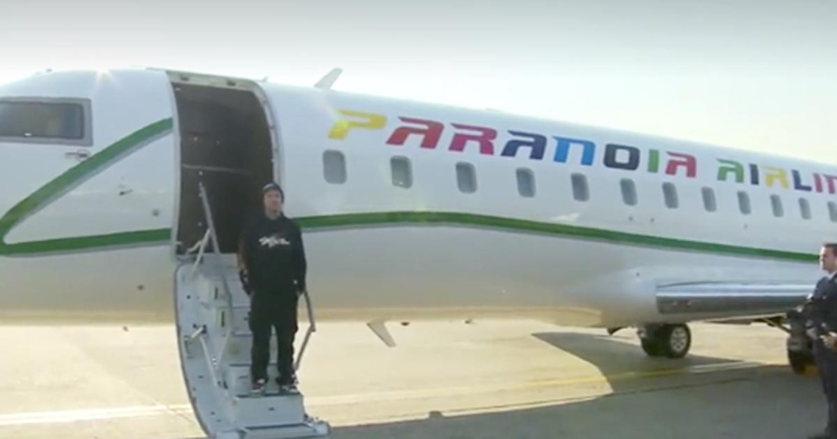 Paranoia Airlines: Fedez presenta il suo nuovo album (in aeroporto)