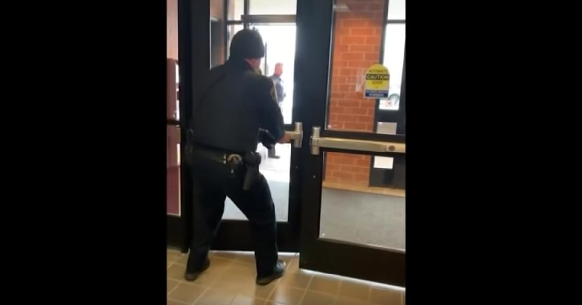 Il poliziotto ha paura dello scoiattolo e tutto il commissariato si ferma: il video è virale