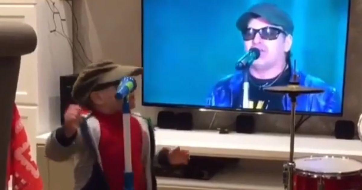 Un piccolo fan di Vasco si esibisce sui social: è uguale al Kom