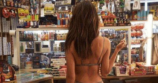 Emily Ratajkowski in lingerie dal tabaccaio: i fan impazziscono