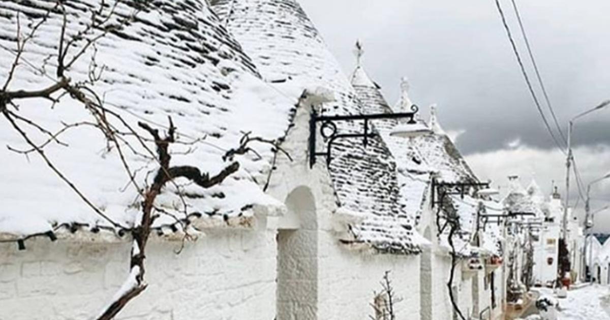 La nevicata fuori stagione sui trulli è da sogno