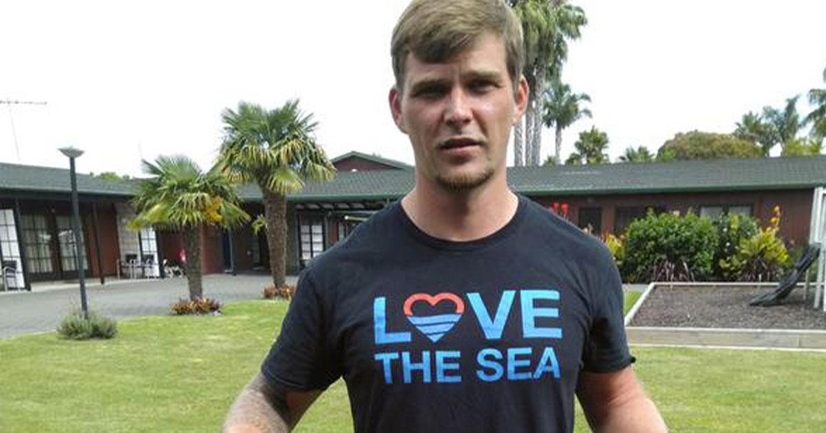 Sopravvive in mare aperto per ore, merito dei jeans