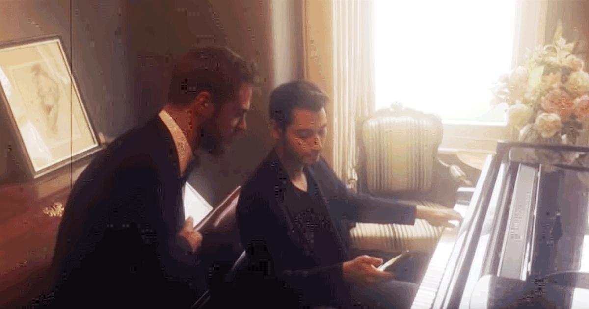 Ecco il pianista che suona Chopin mentre controlla il cellulare