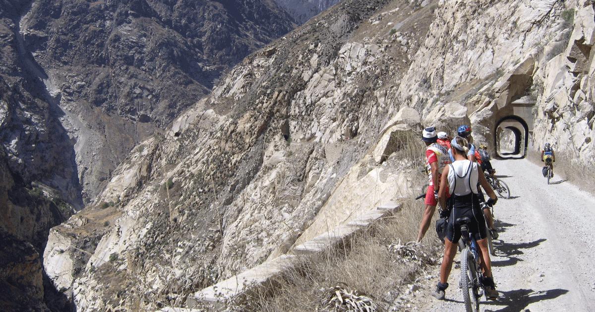 La 'strada della morte': il pericoloso percorso tra le montagne del Perù