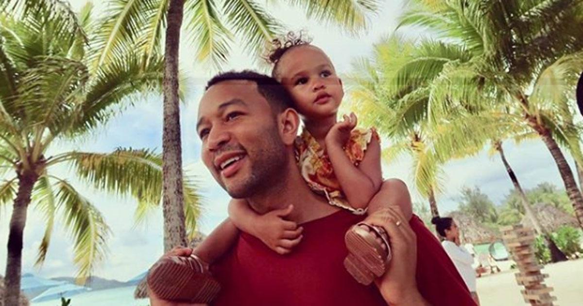 John Legend canta la 'Baby Shark Dance' insieme alla figlia, il video è virale