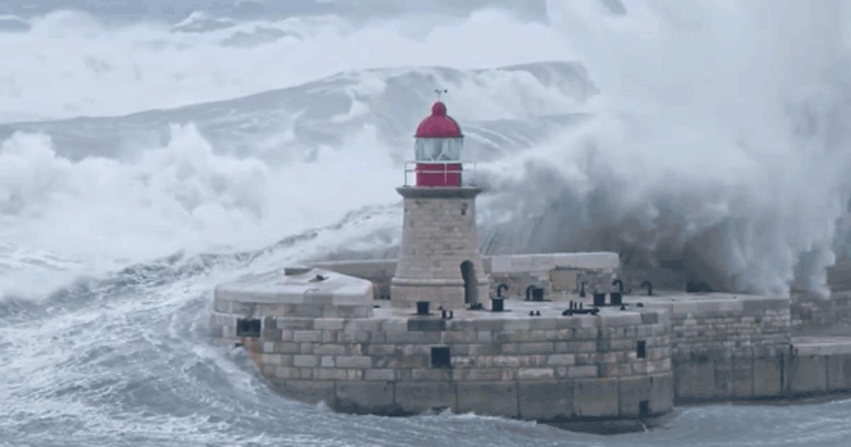 Un'onda gigante travolge il faro di Malta, una scena incredibile