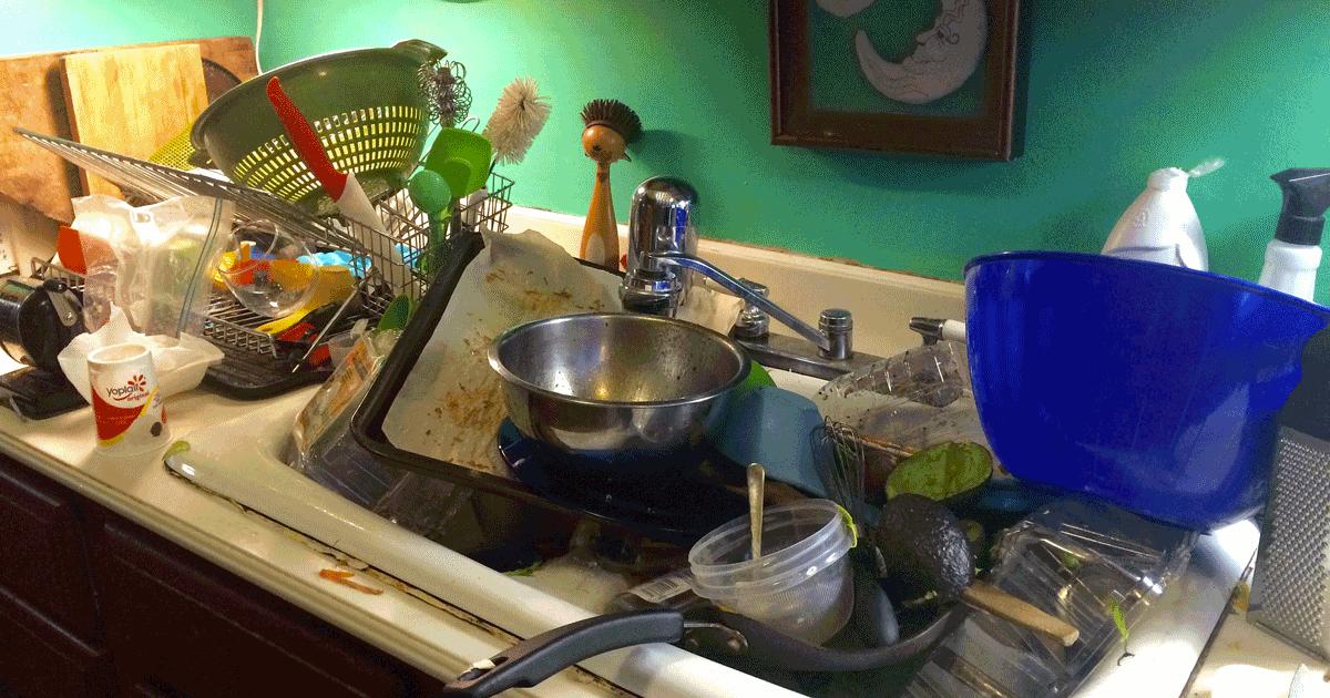 Gli uomini che lavano i piatti sono più felici, lo dice questo studio