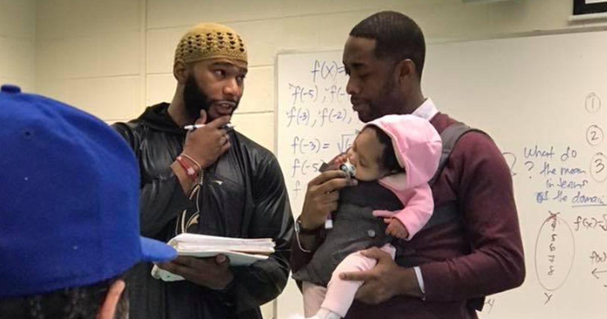 Studente non trova la babysitter, l'insegnante gli tiene la figlia nel marsupio: 'Così prendi appunti'