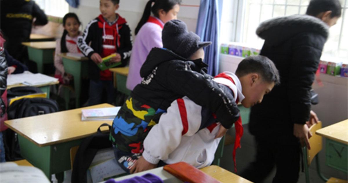 Ogni giorno va a scuola portando in spalla l'amico disabile, una grande storia di altruismo