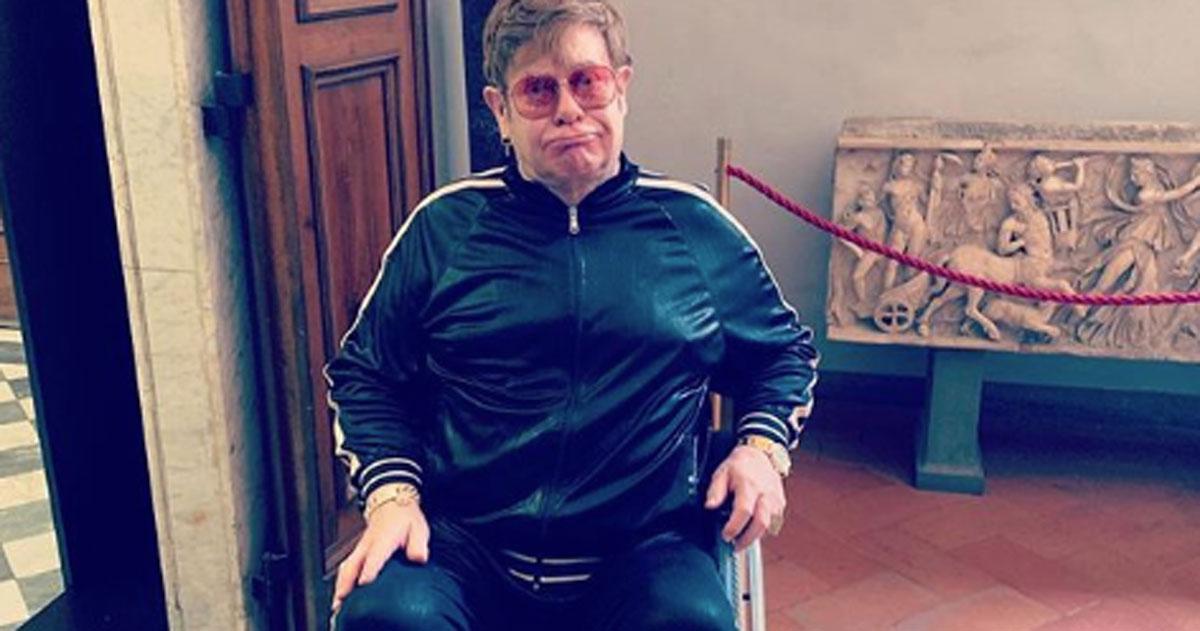 Elton John a Firenze, la foto sulla sedia rotelle preoccupa i fan