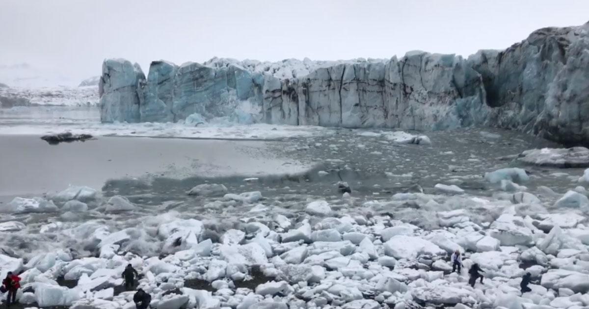 Il ghiacciaio si spacca creando delle onde enormi, il video fa paura