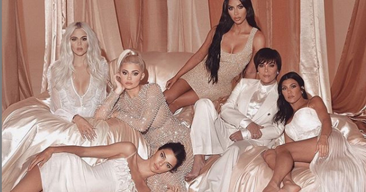 La nuova foto delle Kardashian e i nuovi errori con Photoshop: i commenti dei fan