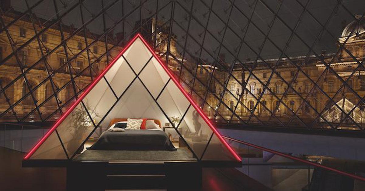Ora si può dormire una notte nella Piramide del Louvre di Parigi