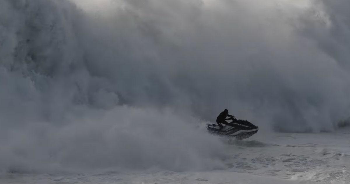 Il salvataggio spettacolare di un surfista travolto da un'onda gigante