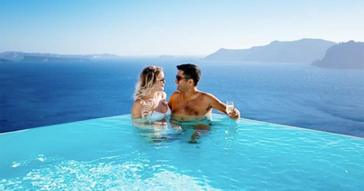 Santorini: un altro hotel dei sogni a due passi dall'Italia lascia tutti senza parole