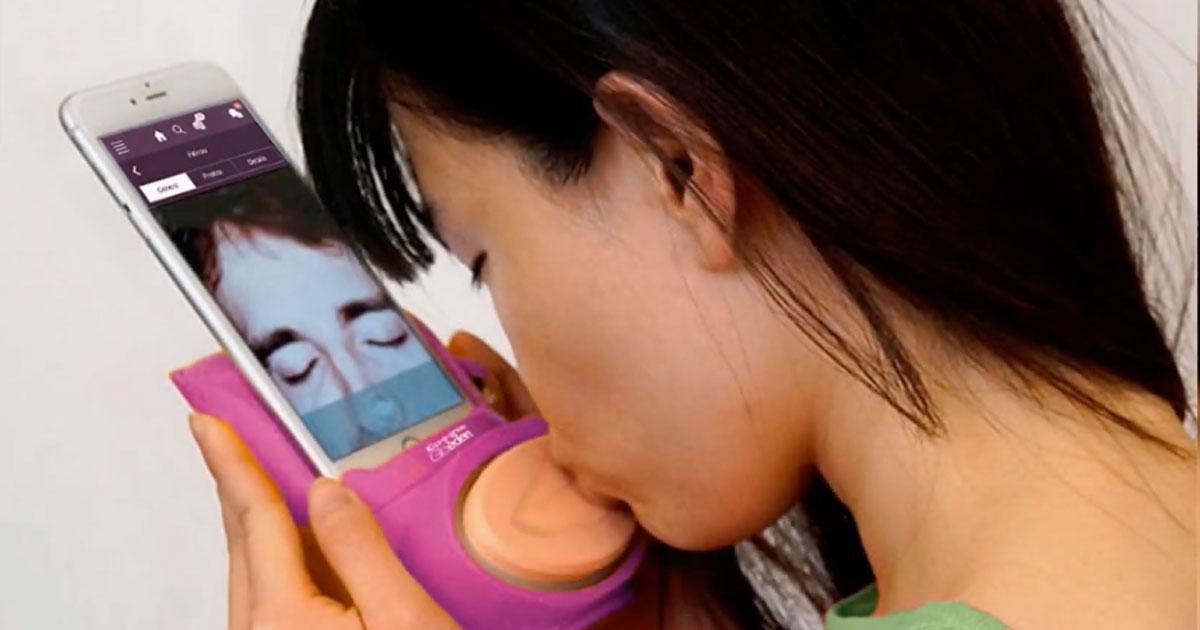 Arriva 'Kiss-o-gram', il gadget per baciarsi con lo smartphone