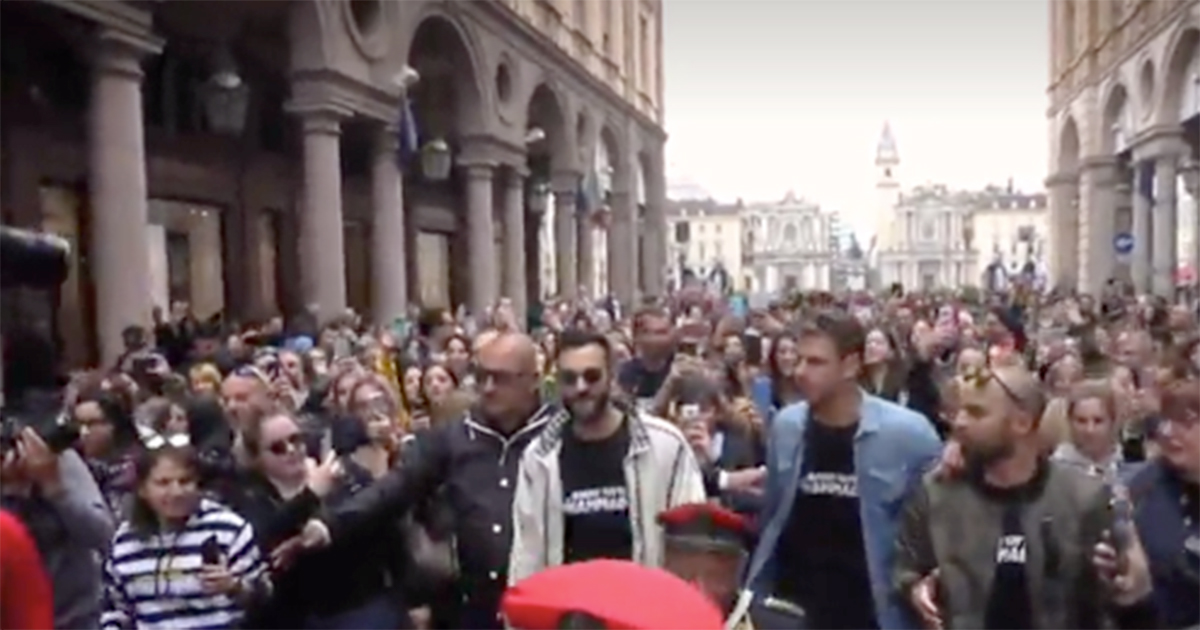 Marco Mengoni: show a sorpresa in piazza a Torino