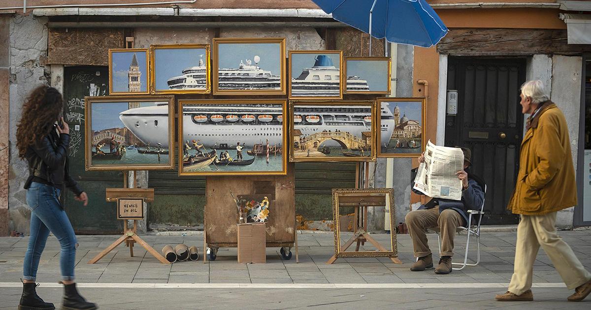 Banksy (in incognito) espone a Venezia: i vigili lo mandano via