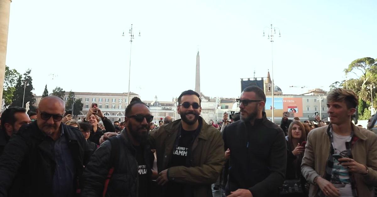 Marco Mengoni sfila con una banda musicale nel centro di Roma: il video del flash mob