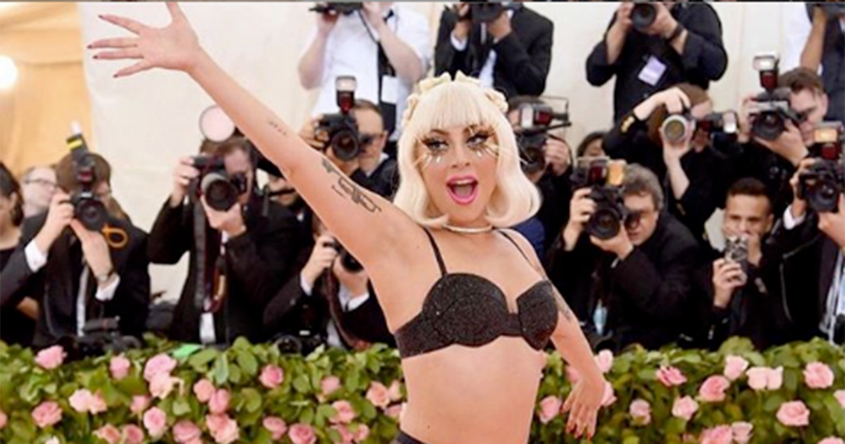 Abiti lampadario e striptease: tutte le follie sul red carpet del Met Gala