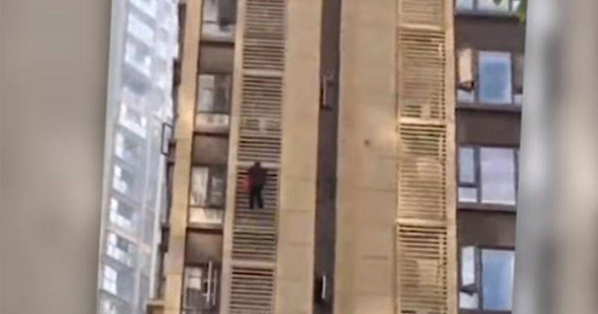Nonna di 80 anni scala un palazzo a mani nude: il video