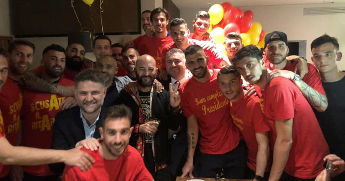 Il Lecce torna in Serie A: Giuliano Sangiorgi canta coi tifosi 'Meraviglioso'