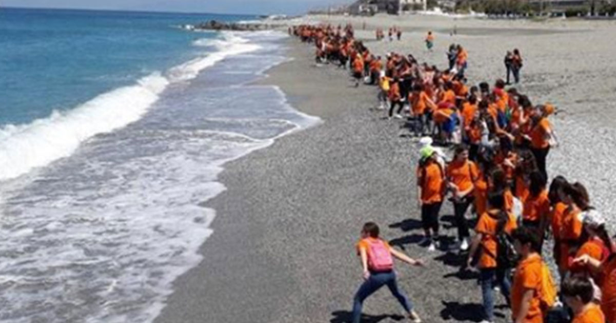 Studenti in gita al mare per pulire le spiagge