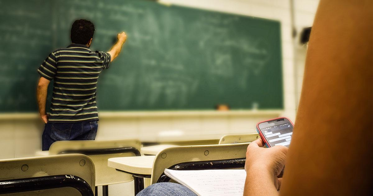Bocciato a scuola, il padre gli cerca lavoro per educarlo