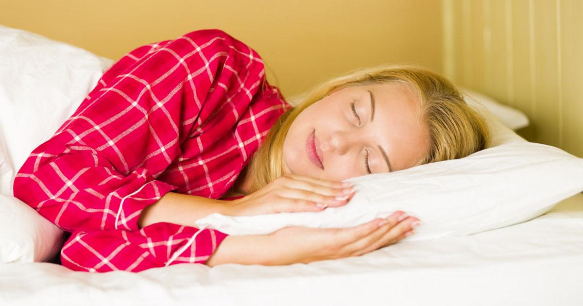 Le donne devono dormire di più degli uomini, lo dice la scienza