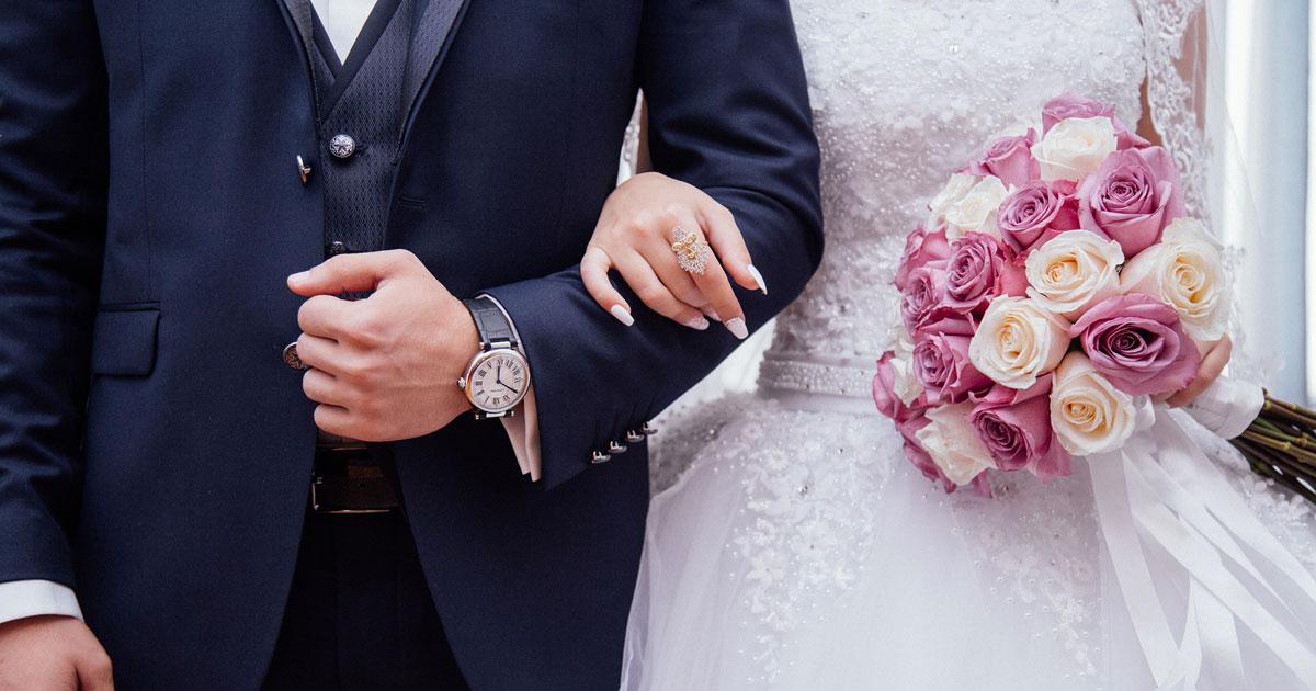 Fa una battuta sull'abito della sposa, il matrimonio finisce in rissa
