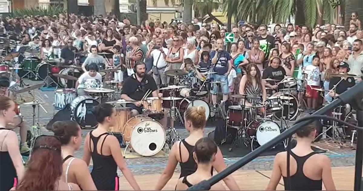 50 batteristi conquistano Chiavari suonando Bohemian Rhapsody dei Queen