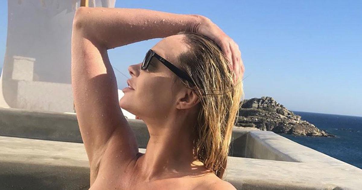Anna Falchi: il topless in piscina incendia i fan