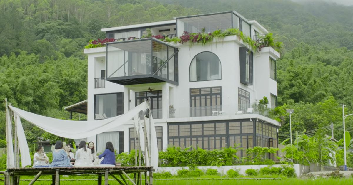Sette amiche comprano una casa da sogno per vivere la vita insieme