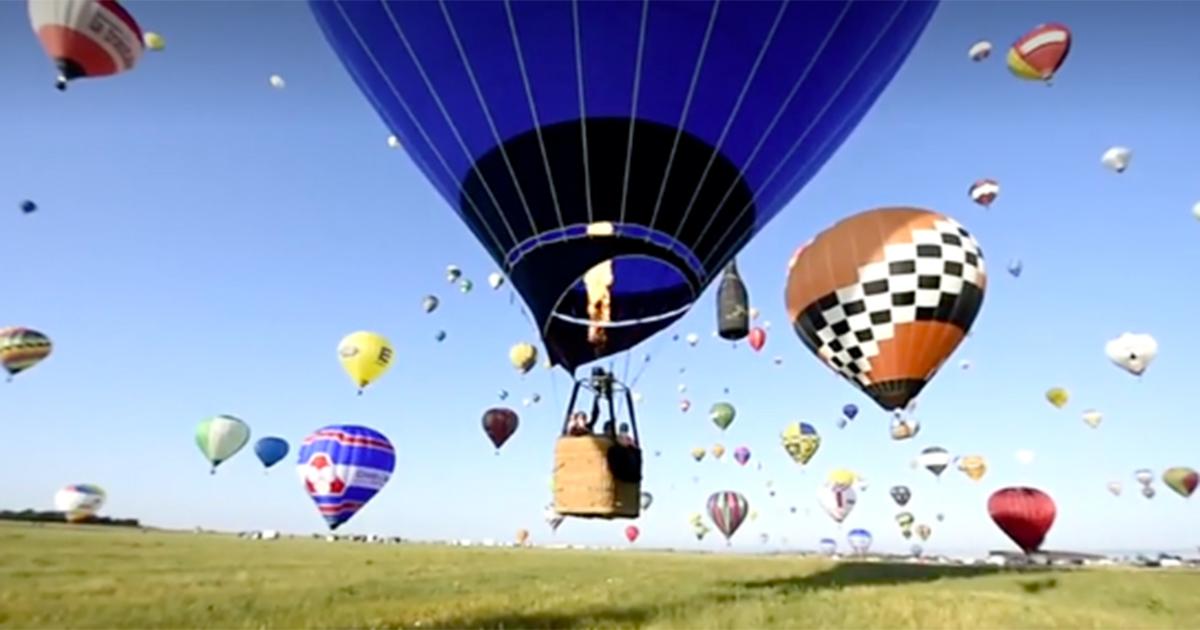 Che bella la Francia: 400 mongolfiere in volo colorano il cielo della Lorena