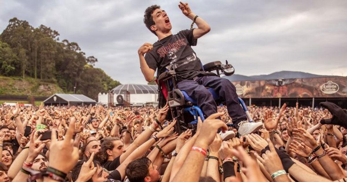Alex, il ragazzo disabile sollevato al concerto: il video diventa virale